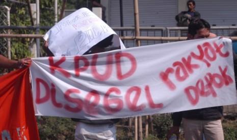 Warga demo KPUD Depok