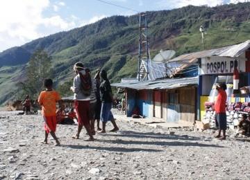 Warga Distrik Mulia, Kabupaten Puncak Jaya, Provinsi Papua, saat beraktifitas di Pasar Kota Lama.
