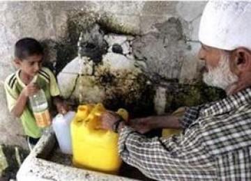 Warga Gaza mengambil air minum di sebuah pompa air.