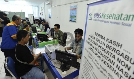 Warga mendaftar sebagai peserta BPJS Kesehatan perseorangan di Kantor Cabang BPJS Jakarta Timur.