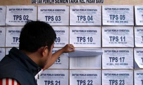 Warga mengecek daftar pemilih sementara (DPS) Pemilu 2014 di Kelurahan Pasar Baru, Jakarta Pusat, Jumat (12/7).