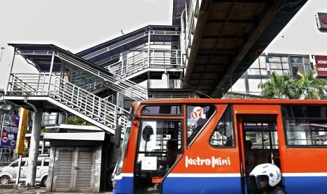 Warga menggunakan jasa Metromini di kawasan Senen, Jakarta Pusat, Jumat (5/10). Tidak adanya badan hukum Metromini yang dikelola secara perorangan, membuat izin trayek angkutan umum tersebut terancam dicabut Dinas Perhubungan (Dishub) DKI Jakarta.