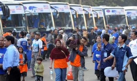 Warga mengikuti mudik gratis di Gelora Bung Karno, Jakarta, Kamis (1/8).  (Republika/Aditya Pradana Putra)