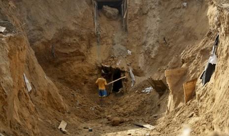 Warga Palestina membangun kembali terowongan yang hancur di sepanjang perbatasan Gaza-Mesir di Rafah, Jalur Gaza, Palestina.