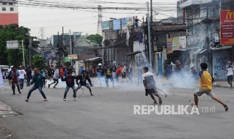 In Picture: Puluhan Warga Terlibat Tawuran di Cawang