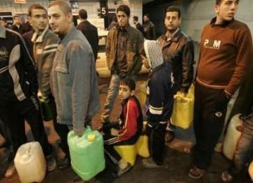 Warga Gaza mengantre bahan bakar minyak