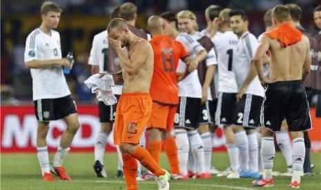 Wesley Sneijder, gelandang timnas Belanda, berjalan meninggalkan lapangan setelah menelan kekalahan dari Jerman di laga Grup B Piala Eropa 2012 di Kharkiv, Ukraina, pada Rabu (13/6).