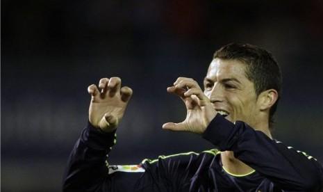 Winger Real Madrid, Cristiano Ronaldo, melakukan selebrasi usai menjebol gawang Celta Vigo di laga La Liga di Stadion Balaidos, Vigo, Ahad  (10/3).