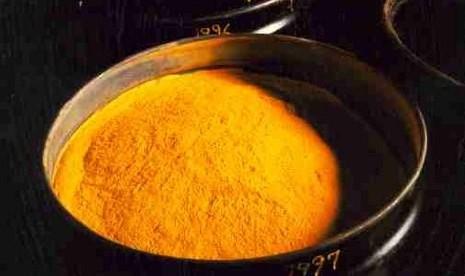 Yellow cake, material mentah uranium sebelum diperkaya (secara isotop) untuk dijadikan bahan bakar nuklir.