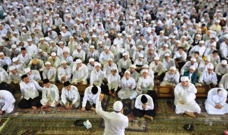 Zikir akhir tahun atau zikir nasional di Masjid At-Tin, Jakarta.