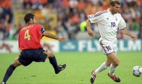 Zinedine Zidane (kanan), gelandang timnas Spanyol, melewati hadangan pemain Spanyol, Pep Guardiola, dalam laga perempat final Piala Eropa 2000.