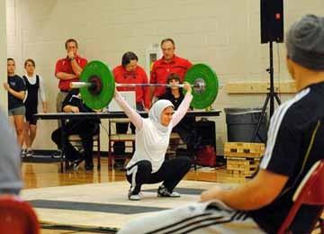Kulsoom Abdullah, Atlet Angkat Besi Muslimah yang Sukses Perjuangkan Hak Tutup Aurat
