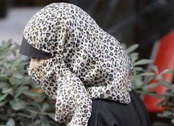 Derita Muslimah Kulit Putih AS, Dicurigai dan Shalat di 'Punishment Box'