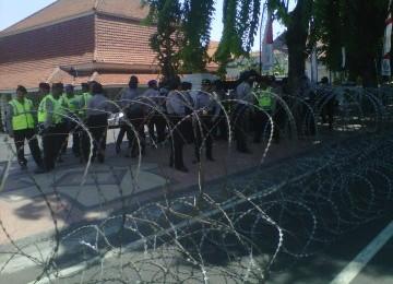 Belasan Ribu Massa Lumpuhkan Gedung Grahadi Surabaya