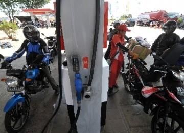 http://static.republika.co.id/uploads/images/headline/sejumlah-kendaraan-roda-dua-sedang-mengisi-premium-di-spbu-_111011185829-133.jpg