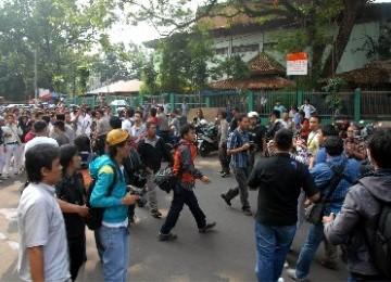 http://static.republika.co.id/uploads/images/headline/sejumlah-siswa-sman-6-saat-bentrok-dengan-wartawan-di-_110919185121-841.jpg