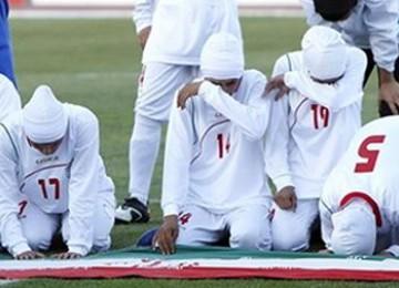 Buntut Larangan Jilbab, Derai Air Mata<a href=http://bandung.blogspot.com> dan </a>Sujud Timnas Sepakbola Putri Iran