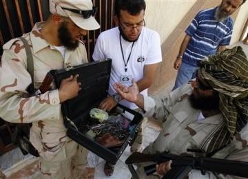 Qaddafi Dikabarkan Pergi dengan Lori Penuh Uang Tunai dan Emas