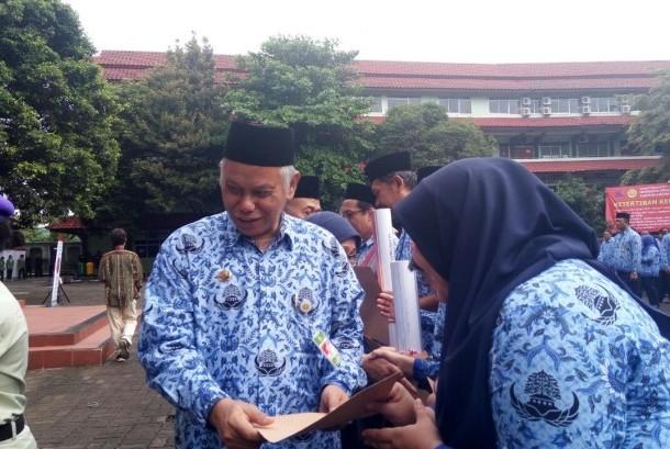 Rektor Universitas Pembangunan Nasional Veteran Jakarta (UPNVJ) Eddy S. Siradj saat memberikan atribut PIKIR secara simbolis kepada seluruh perwakilan staff UPNVJ, Jumat (19/1).