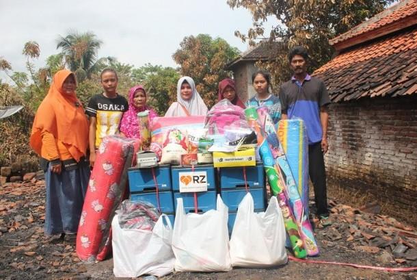 Rumah Zakat menyalurkan bantuan untuk korban kebakaran di Kampung Citoe, Desa Kertajati, Kecamatan Cidaun, Cianjur, Kamis (23/3).