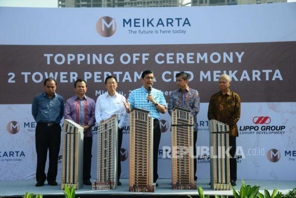 Menko Maritim Luhut Panjaitan (ketiga dari kiri) dan CEO Lippo Grgup James T Riady meresmikan topping off dua tower di Meikarta CBD, Cikarang, Bekasi, Sabtu (29/10).
