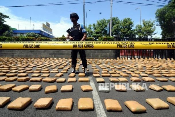 Polisi menjaga barang bukti saat rilis kasus penyelundupan narkoba di Polres Metro Jakarta Barat, Kamis (4/1).