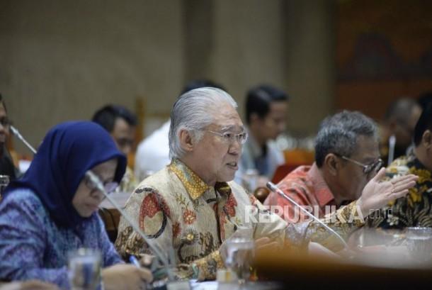 Menteri Perdagangan Enggartiasto Lukita menyampaikan pendapatnya dalam rapat kerja dengan Komisi VI DPR di Kompleks Parlemen, Senayan, Jakarta, Kamis (18/1).