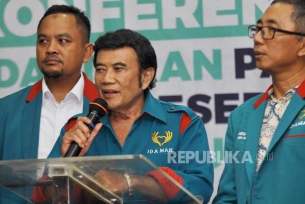 Ketua Umum Partai Islam, Damai, Aman (Idaman) Rhoma Irama didampingi didampingi Sekjen Partai Idaman Ramdansyah dan pengurus Partai memberikan keterangan kepada media usai melakukan Pendaftaran Pemilu 2019 di Kantor KPU Pusat, Jakarta, Senin (16/10).