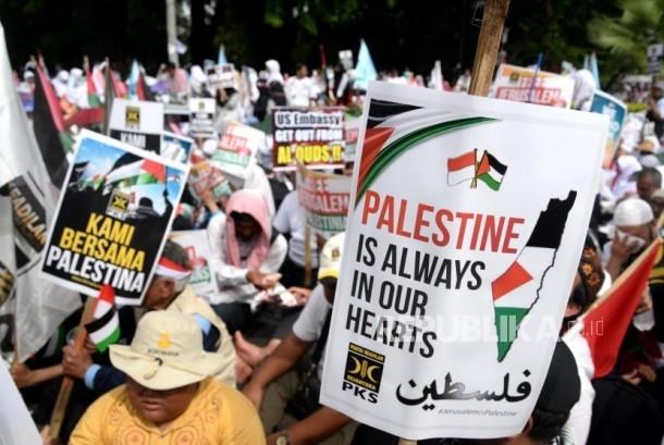 Aksi Damai Bela Palestina. Massa dari PKS se-Jabodetabek menggelar aksi bela Palestina di depan Kedubes AS, Jakarta, Ahad (10/12).