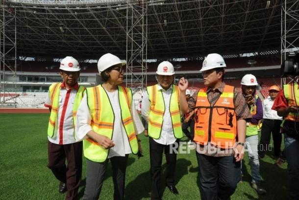 Menjelaskan. Ketua Inasgoc Erick Thohir (kanan) sedang menjelaskan progres Pembangunan SUGBK kepada Menteri Keuangan Sri Mulyani (kanan) bersama  dan Kepala Badan Ekonomi Kreatif Triawan Munaf (Tengah) mencoba rumput ketika meninjau proyek renovasi Stadion Utama Gelora Bung Karno, Senayan, Jakarta, Kamis (23/11).