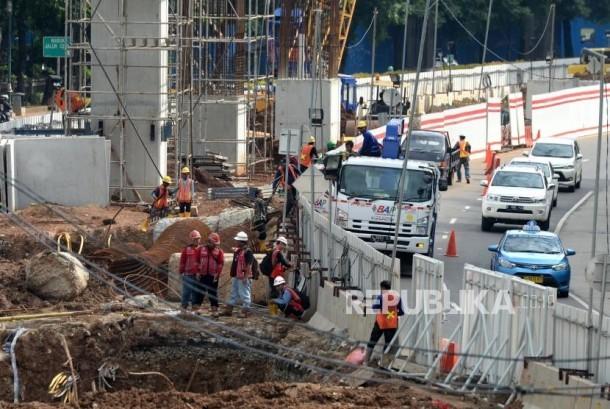 Penyelesaian Pembiayaan LRT. Proyek pengerjaan pembangunan LRT di kawasan Kuningan, Jakarta, Senin (18/12).