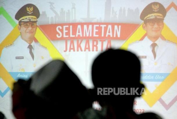 Sejumlah warga Jakarta mengikuti acara pesta rakyat pelantikan Gubernur dan Wakil Gubenrur DKI Jakarta Anies-Sandi di halaman Balaikota, Jakarta, Senin (16/10) malam.