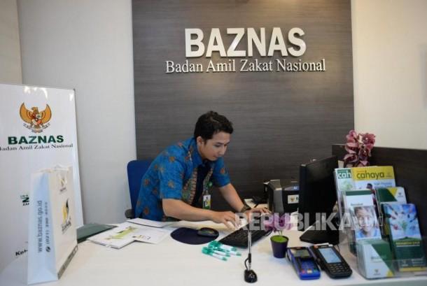 Target Penghimpunan Zakat Baznas. Petugas melayani muzaki membayarkan zakat di kantor palayanan Baznas, Jakarta. ilustrasi