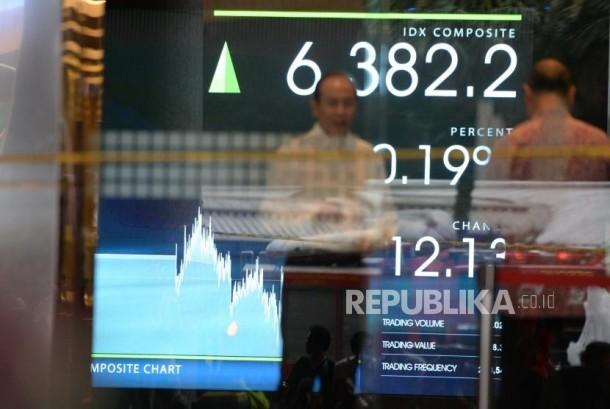 Selasar Ambruk IHSG Tetap Menguat. Monitor menunjukan pergerakan harga saham di BEI, Jakarta, Senin (15/1).