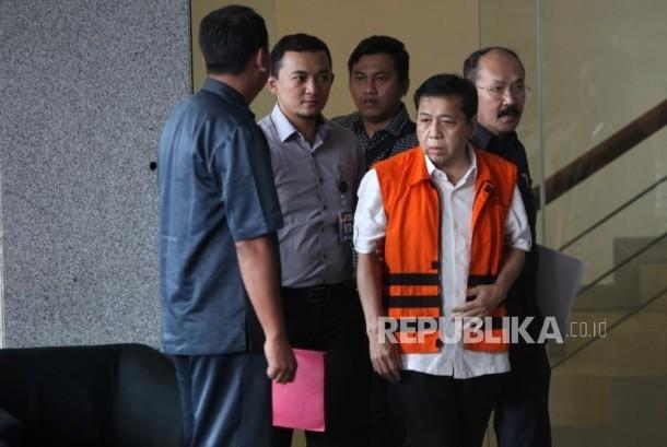 Tersangka kasus korupsi KTP elektronik Setya Novanto (kedua kanan) berjalan seusai menjalani pemeriksaan di gedung KPK, Jakarta, Selasa (21/11).