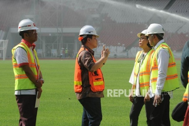 Inasgoc chairman Erick Thohir (center) explains progress of GBK Main Stadium renovation progres to Finance minister Sri Mulyani (two at right) and chief of Creative Economy Agency Triawan Munaf (right) on Thursday (November 23).