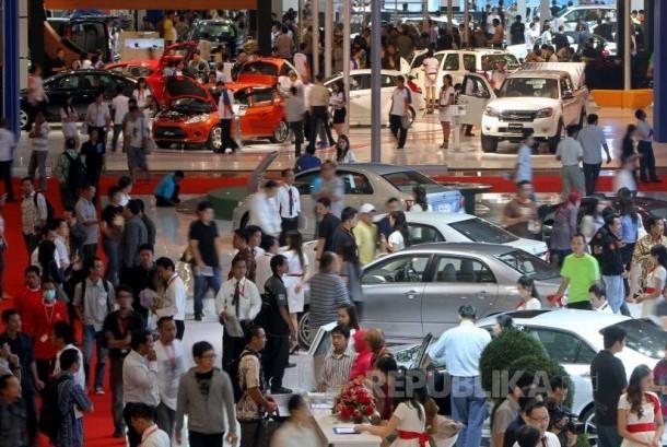 Pengunjung mengamati moIndonesia International Motor Show (IIMS) / Ilustrasi