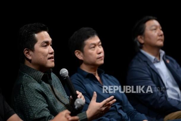 Hak Siar IBL. Ketum KOI Erick Thohir, CEO iNews David A Audy, dan Dirut IBL Hasan Gozali (dari kiri) hadir pada konferensi pers hak siar IBL 2017-2018 di Jakarta, Kamis (2/11).