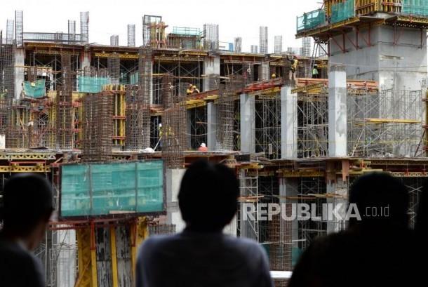 Pekerja menyelesaikan proyek infrastruktur. (ilustrasi)