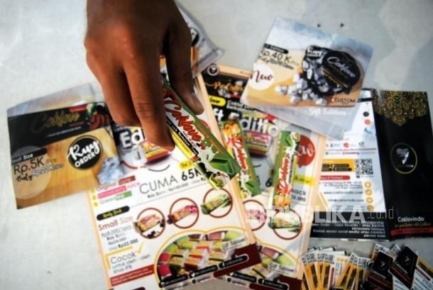 Mahasiswa penerima program Islamic Sociopreneur Development Program (ISDP) memperlihatkan hasil produk coklat berbahan dasar olahan ikan lele di Gedung Rektorat IPB, Dramaga, Bogor, Jawa Barat, Kamis (18/1).