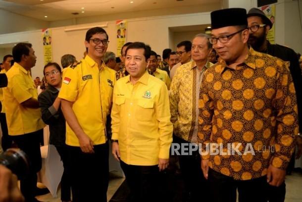 Ketua Umum Partai Golkar Setya Novanto berjalan bersama Walikota Bandung Ridwan Kamil pada acara penyerahan rekomendasi Calon Gubernur dan Wakil Gubernur Provinsi Jawa Barat di DPP Partai Golkar, Jakarta, Kamis (9/11).