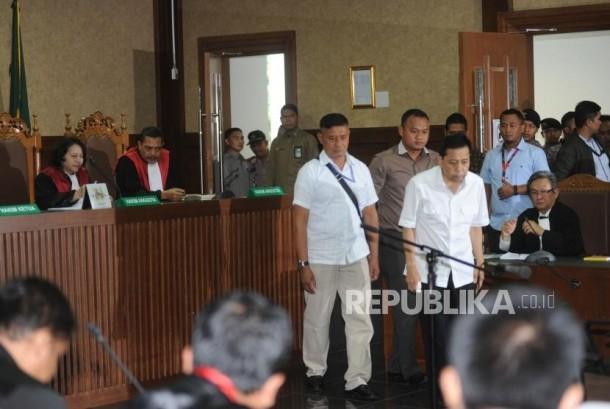 Terdakwa kasus dugaan korupsi KTP elektronik Setya Novanto memasuki ruangan pada sidang perdana  di gedung Pengadilan Tipikor Jakarta, Rabu (13/12).