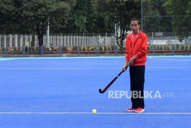 Presiden Joko Widodo memukul bola hoki saat peresmian empat venue Asian Games di Kompleks Gelora Bung Karno, Jakarta, Sabtu (2/12).