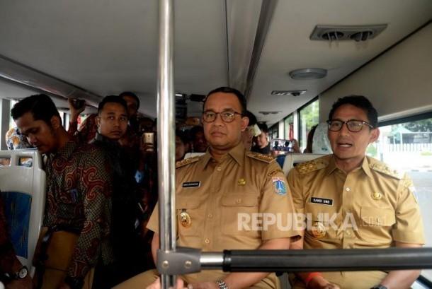 Gubernur DKI Jakarta Anies Baswedan dan Wakil Gubernur Sandiaga Uno menaiki bus City Tour di Halte Dukuh Atas, Jakarta, Selasa (17/10).