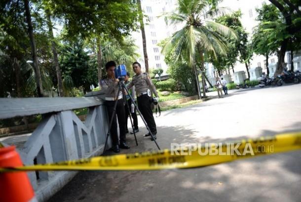 Olah TKP Kecelakaan SN. Polisi dari Polda Metro Jaya melakukan olah Tempat Kejadian Perkara (TKP) kecelakaan mobil yang ditumpangi Ketua DPR Setya Novanto, di Kawasan Jalan Permata Hijau, Jakarta Barat, Jumat (17/11).