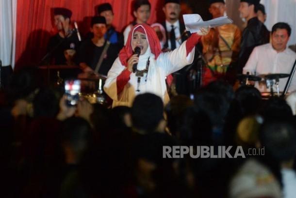 Pengisi acara memerihakan acara pesta rakyat pelantikan Gubernur dan Wakil Gubenrur DKI Jakarta Anies-Sandi di halaman Balaikota, Jakarta, Senin (16/10) malam.