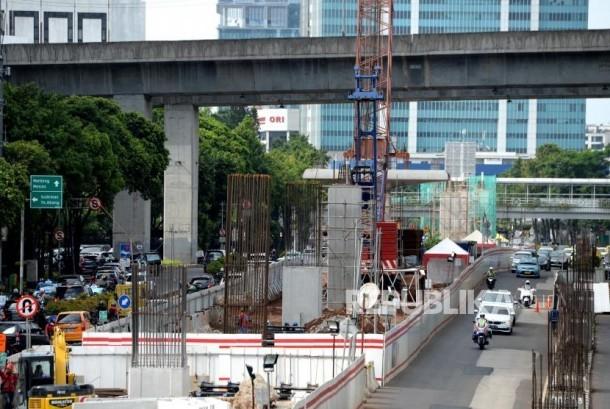 Proyek pengerjaan pembangunan LRT di kawasan Kuningan, Jakarta, Senin (18/12).