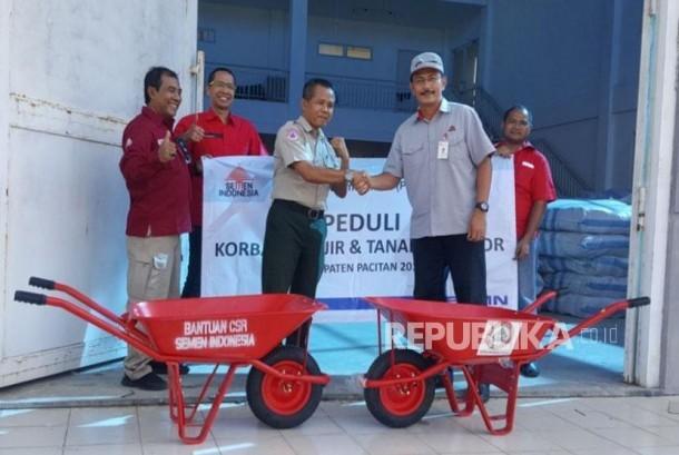 KeKepala Biro PKBL Semen Indonesia, Febriwan menyerahkan secara simbolis bantuan untuk korban bencana di Pacitan.