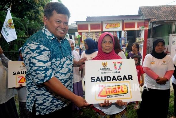Peresmian Z-Mart. Deputi Badan Amil Zakat Nasional (Baznas) Arifin Purwakananta (kiri) memberikan bantuan kepada warga secara simbolis di Bojong Gede, Kabupaten Bogor, Jawa Barat, Rabu (17/1).