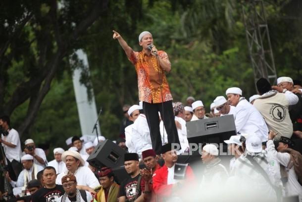 Ustadz Felix Siauw memberikan tausiyah kepada ribuan umat Islam saat mengikuti reuni 212 di Monumen Nasional, Jakarta, Sabtu (2/12).